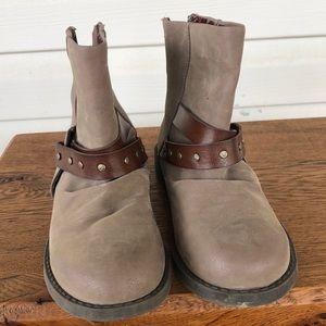Pretty girl's beige boots